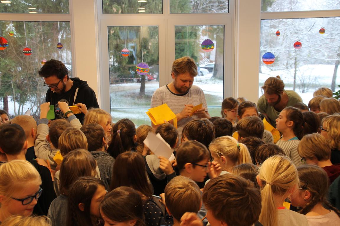 Siegsdorfer Grundschülerinnen und -schüler löcherten LaBrassBanda mit Fragen